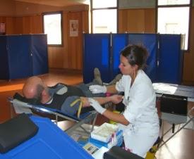 Photo d'un donneur de sang réalisant un don de sang