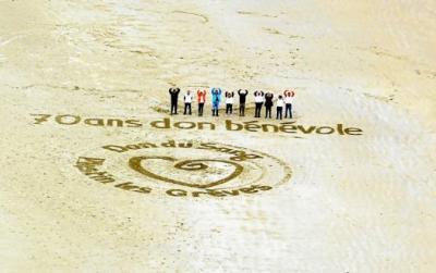 Photo du dessin réalisé sur le sable pour promouvoir le don de sang