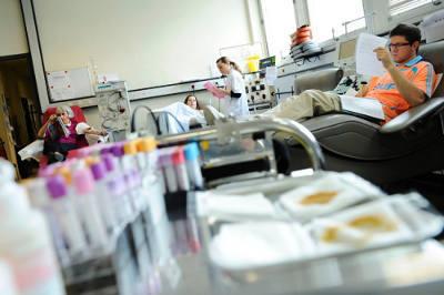 photo d'une salle de don du sang avec les tubes de prélèvement