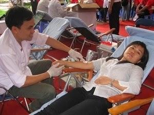 Photo d'un prélèvement de sang lors d'une collecte de don du sang au Vietnam